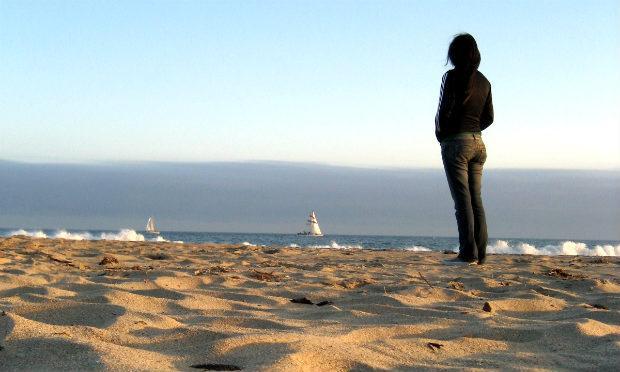 Imagem de mulher olhando para o mar (Foto ilustrativa: Free Images)