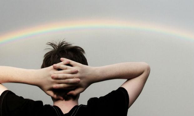 Imagem de pessoa de costas olhando para arco-íris (Foto: Free Images)