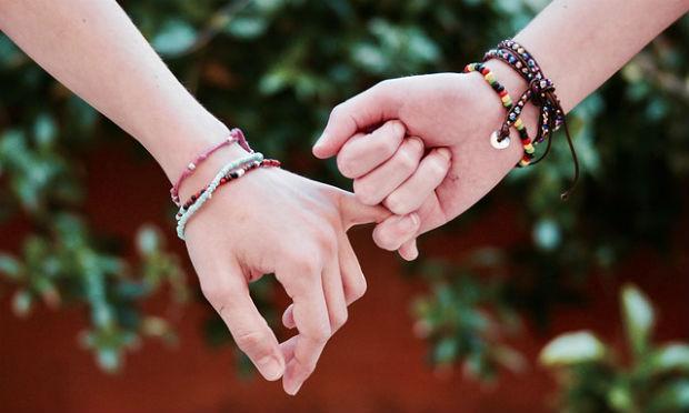 Imagem de duas pessoas segurando as mãos (Foto ilustrativa: Pixabay)