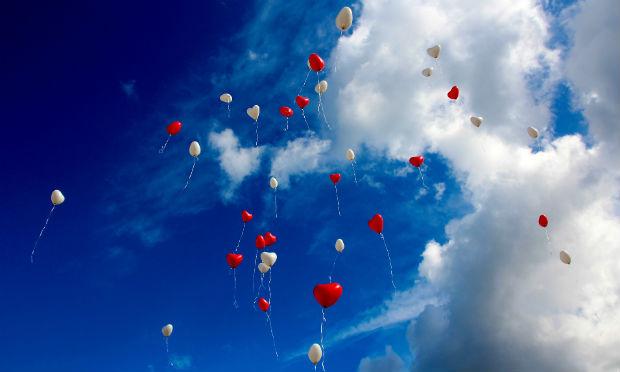 Imagem de balões em forma de coração no céu (Foto: Pixabay)