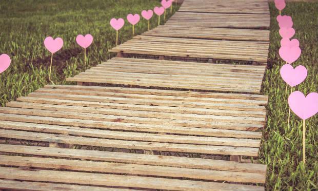 Imagem de caminho de corações (Foto: Pixabay)