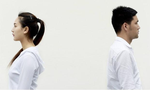 Imagem de mulher e homem vestidos de branco e virados de costas um para o outro (Foto ilustrativa: Pixabay)