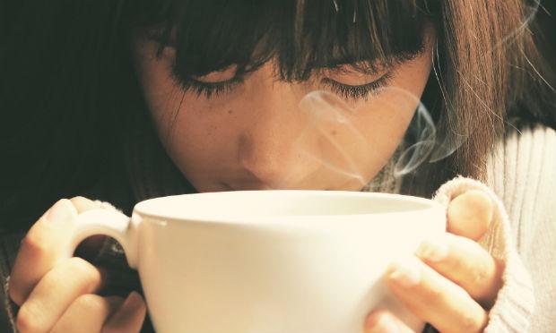 Foto de menina com semblante triste segurando uma xícara. Vapor sai da xícara (Foto ilustrativa: Pixabay)
