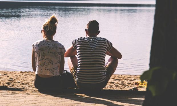 Imagem de casal de costas olhando para lago (Foto ilustrativa: Pixabay)