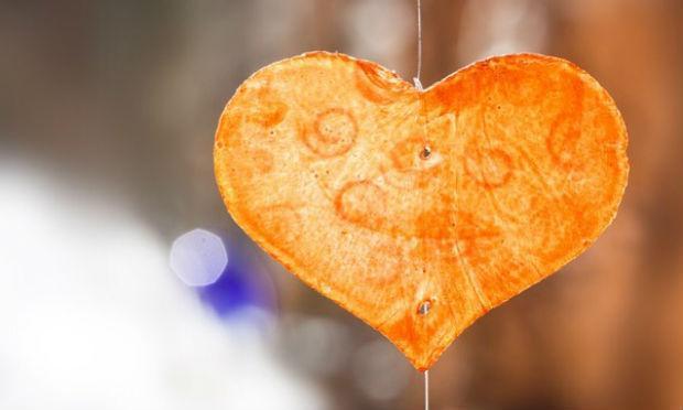 Imagem de coração laranja pendurado (Foto: Pixabay)